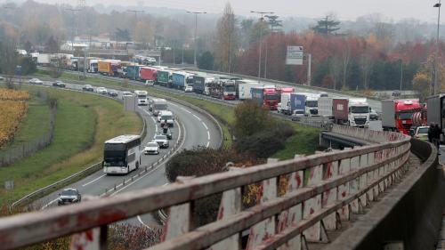 """""""Gilets jaunes"""" : des automobilistes avec des enfants ont passé la nuit sur l'A10 en Gironde"""