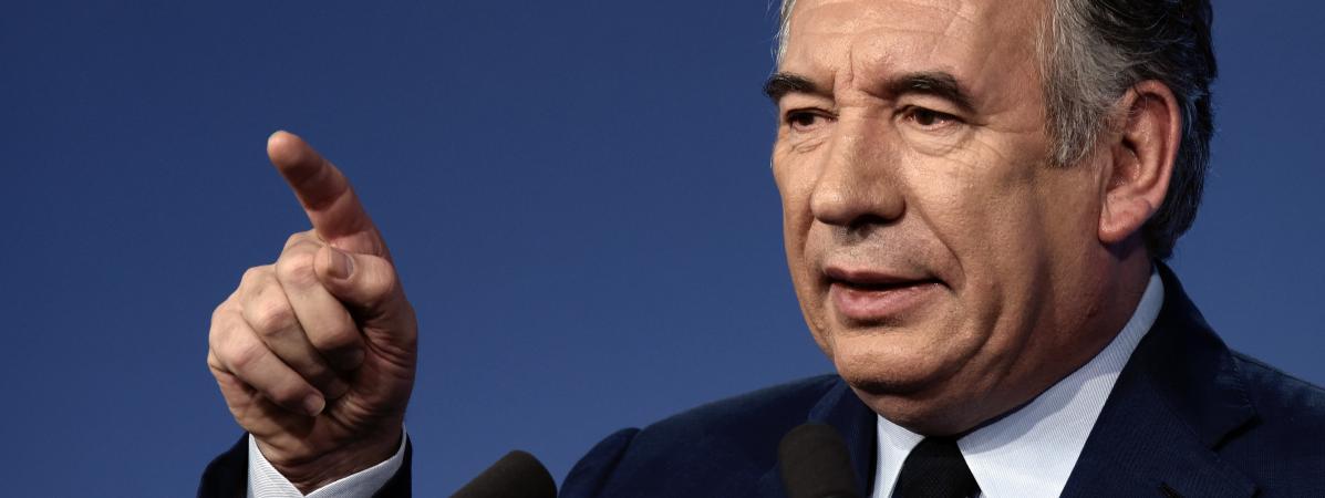 """Prix des carburants : Bayrou demande à Macron de """"réfléchir"""" avant la prochaine hausse des taxes"""