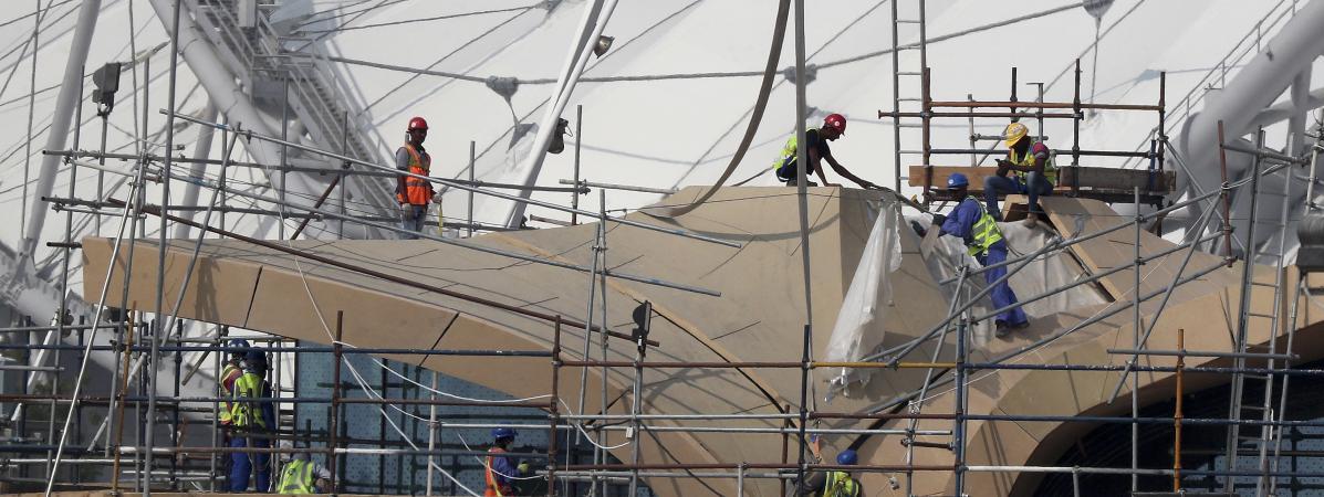 Des travailleurs sur le chantier duKhalifa International Stadium, le 18 novembre 2018, à Doha au Qatar.
