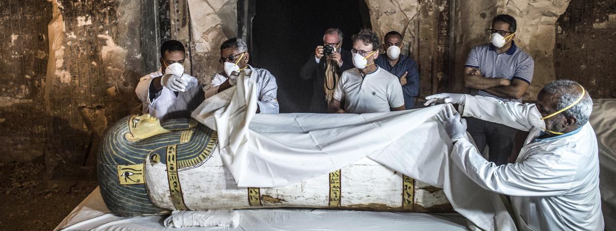 Le ministre desdes Antiquités,Khaled al-Anani, examine un sarcophage récemment découvert à Louxor (Egypte), le 24 novembre 2018.