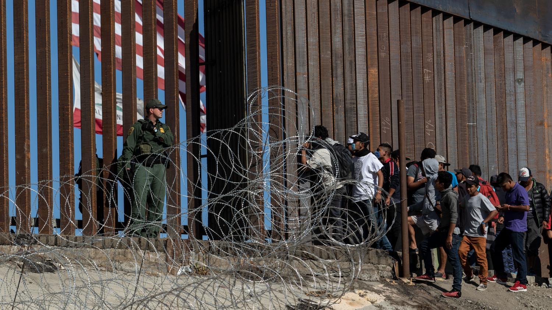Etats-Unis : 42 migrants arrêtés à la frontière avec le ...