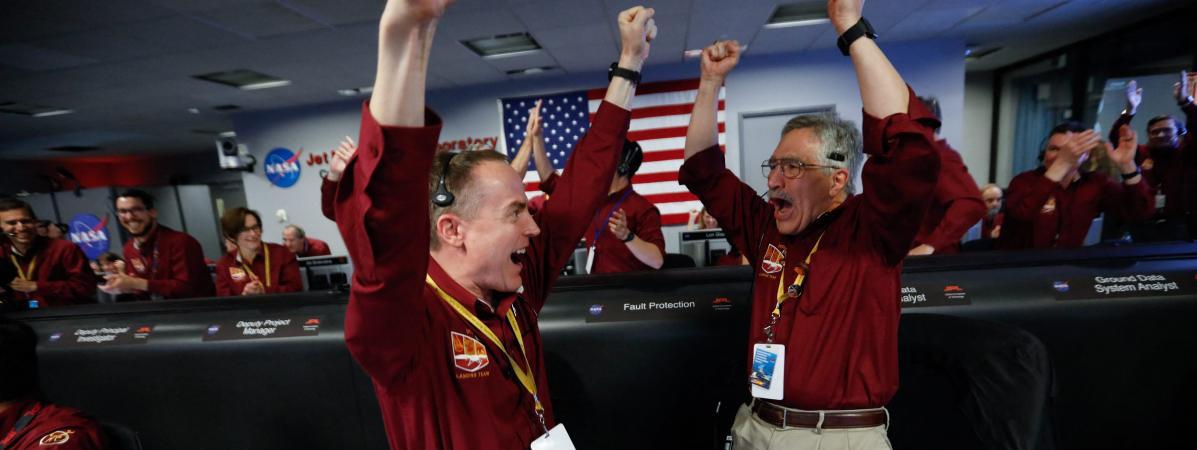 Des membres de l\'équipe de la mission Mars InSight se réjouissent de l\'atterrissage de la sonde sur la planète rouge lundi 26 novembre.