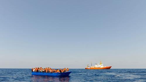 """""""L'Europe fait honte"""" : la colère du capitaine d'un bateau espagnol bloqué en mer avec 12 migrants à bord"""