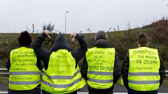 """Ces manifestants bretons décrivent la France comme une société divisée entre les riches et les pauvres.\""""Champion du monde de la colère\"""", revendique l\'un d\'eux, le 17 novembre 2018 à Rennes (Ille-et-Vilaine)."""
