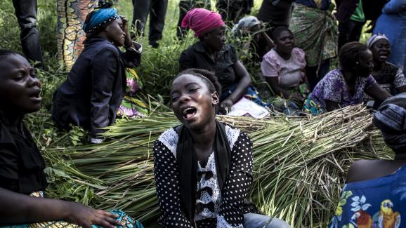 Une famille congolaise en deuil après un massacre attribué aux rebelles musulmans ougandais (ADF) à Beni, le 11 décembre 2018.
