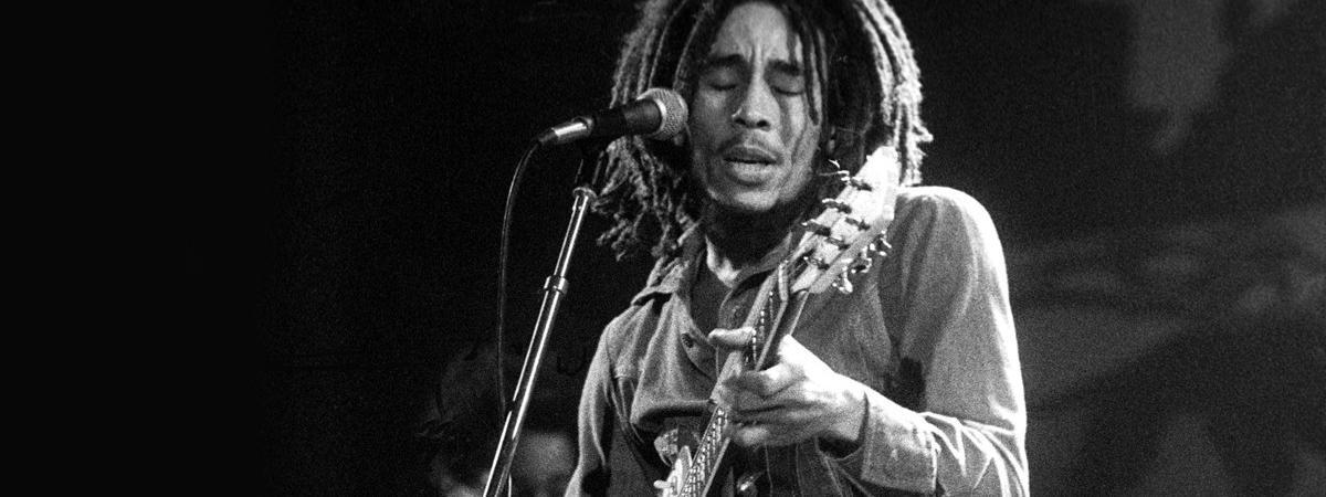 Bob Marley, icône du reggae, sur scène en 1975