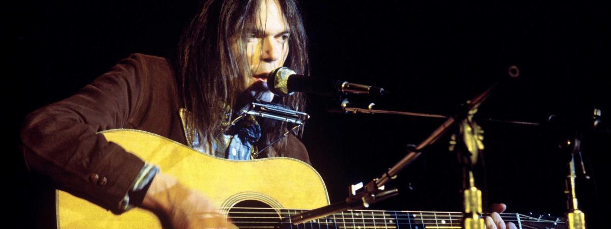 Neil Young : écoutez son album live acoustique de 1976