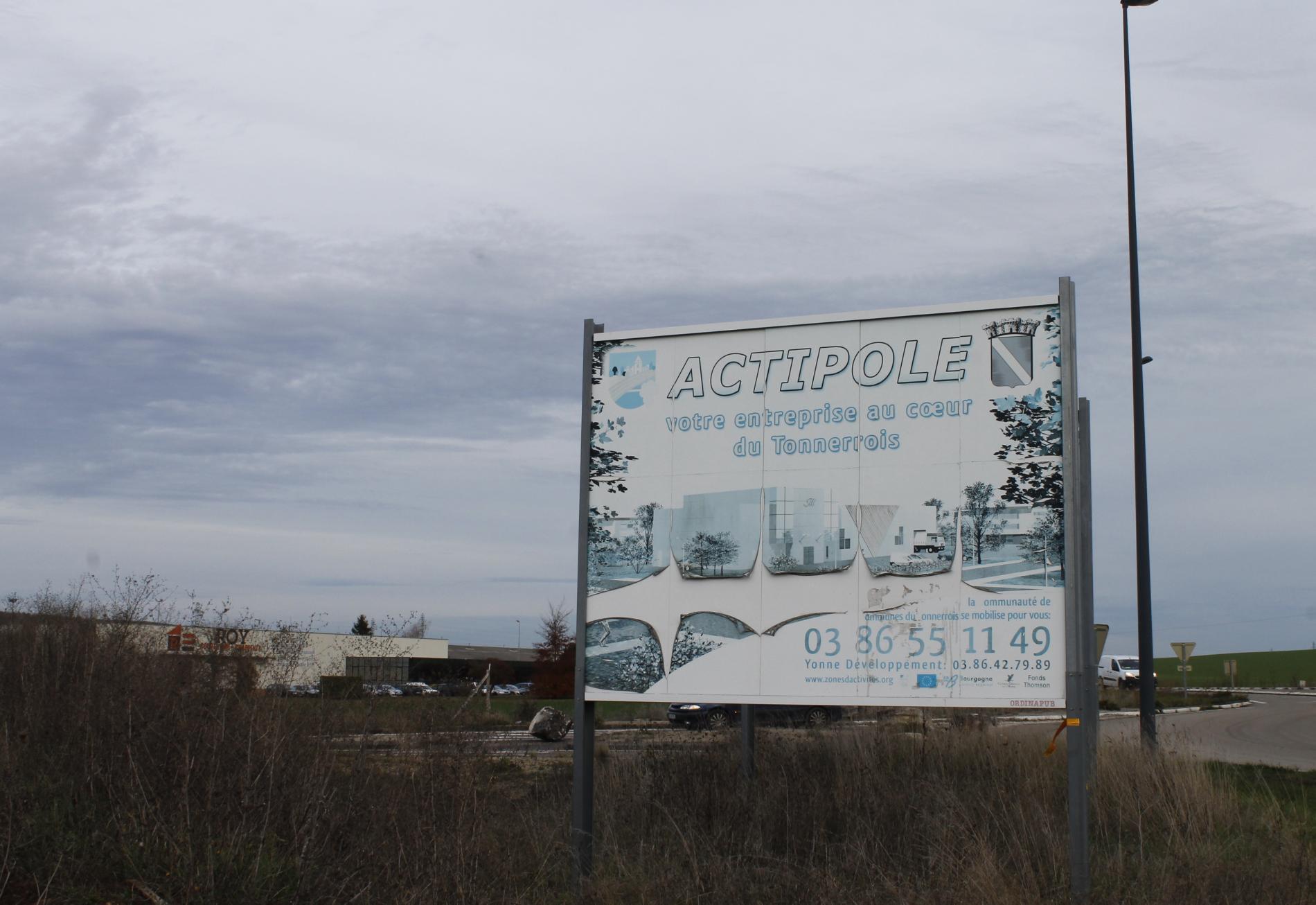 Un panneau délabrépour valoriser la zone d\'activité industrielle du Tonnerrois se tient devant les anciens locaux de l\'entreprise J2T Thompson, qui a fermé ses portes en 2002.