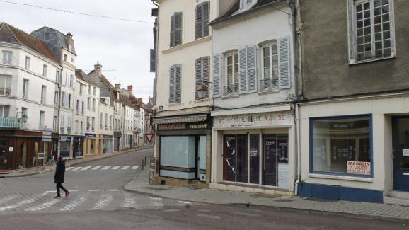 Dans les derniers mois, une boulangerie, un chausseur et un magasinde vêtements ont mis la clé sous la porte à Tonnerre (Yonne).