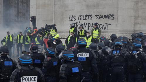 """VIDEO. """"Gilets jaunes"""" : Edouard Philippe se dit """"choqué"""" par des tags sur l'Arc de triomphe et dénonce """"une violence rarement atteinte"""""""