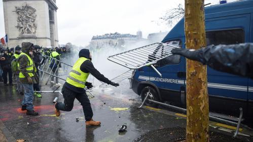 """EN IMAGES. Voitures brûlées, Arc de triomphe tagué… La manifestation des """"gilets jaunes"""" tourne à la violence près des Champs-Elysées"""