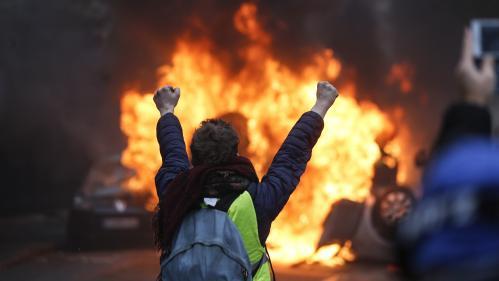 """EN IMAGES. Voitures brûlées, Arc de triomphe tagué, magasins attaqués… La manifestation des """"gilets jaunes"""" sème le chaos à Paris"""