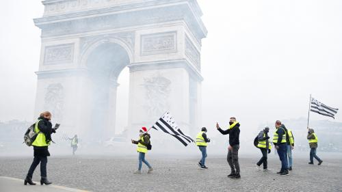 """DIRECT. Des centaines de """"gilets jaunes"""" sont réunis aux abords des Champs-Elysées, vingt-quatre personnes interpellées"""