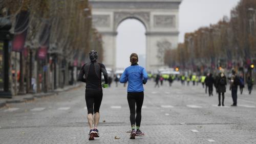 """EN IMAGES. """"Gilets jaunes"""" : derrière les affrontements de la place de l'Etoile, le calme plat sur les Champs-Elysées"""