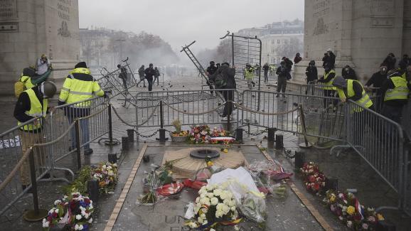 """Des barrières disposées autour de la tombe du soldat inconnu, sous l\'Arc de triomphe, par des \""""gilets jaunes\"""", le 1er décembre 2018."""