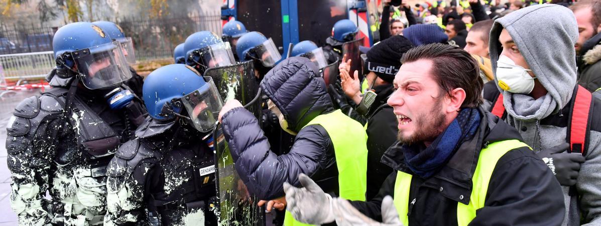 """Des \""""gilets jaunes\"""" font face aux forces d el\'ordre, le 1er décembre 2018, à Bordeaux."""