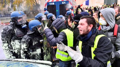 """""""On n'en peut plus"""", on """"en prend plein la gueule"""" : la colère d'un policier après les manifestations des """"gilets jaunes"""""""