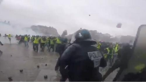 """VIDEO. """"Gilets jaunes"""" : les affrontements vus par les forces de l'ordre grâce à une caméra embarquée"""