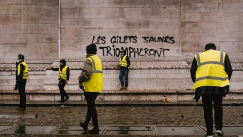 """""""Gilets jaunes"""": 72% des Français soutiennent le mouvement malgré les violences, selon un sondage"""
