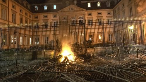 Emmanuel Macron conspué au Puy-en-Velay, après une visite à la préfecture incendiée