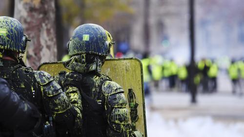 """VIDEO. """"On est juste de la chair à canon"""" : un CRS présent lors des affrontements à l'Arc de triomphe raconte le déchaînement de violence"""
