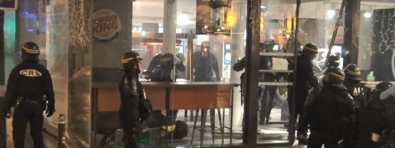 Des CRS interviennent pour déloger des manifestants vêtus de gilets jaunes du Burger King de l\'avenue de Wagram, à Paris, le 1er décembre 2018.