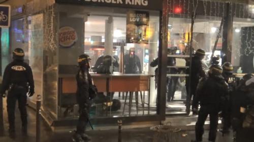 """VIDEO. Des """"gilets jaunes"""" passés à tabac samedi par des CRS dans un Burger King à Paris ? Voici ce qui s'est passé"""