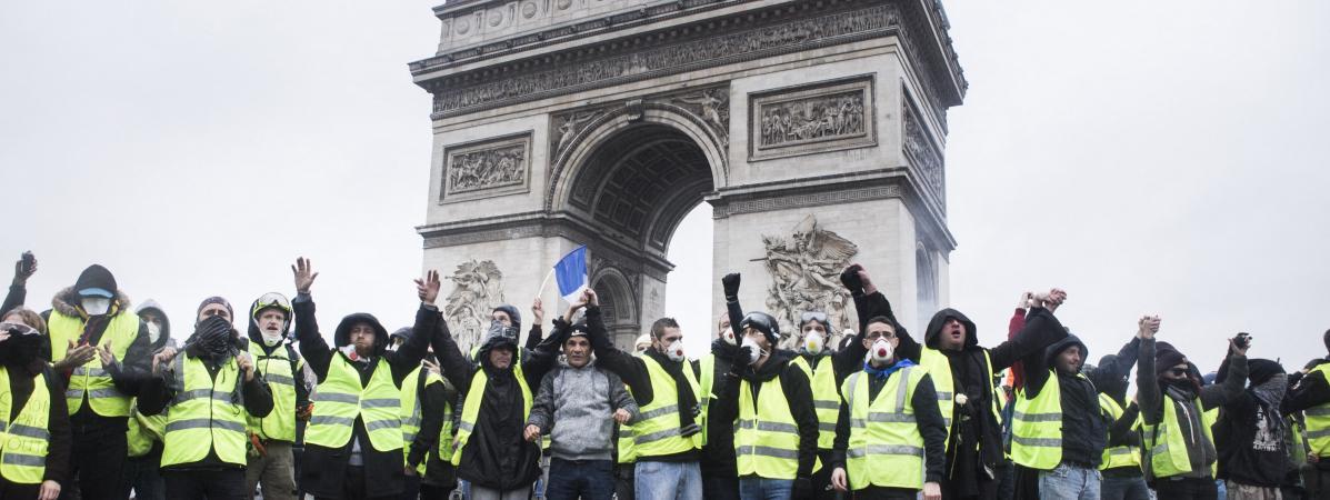 """Des \""""gilets jaunes\"""", le 1er décembre 2018 devant l\'Arc de triomphe, à Paris."""