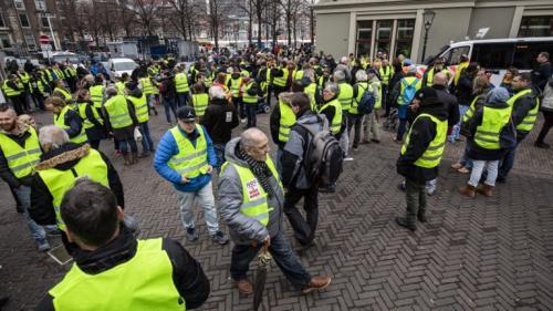 """Belgique, Allemagne, Serbie... Les """"gilets jaunes"""" français font des émules à l'étranger"""