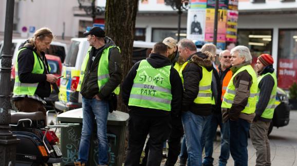 """Des membres de mouvements d\'extrême droite manifestent avec des \""""gilets jaunes\"""", le 1erdécembre 2018, à Munich (Allemagne)."""