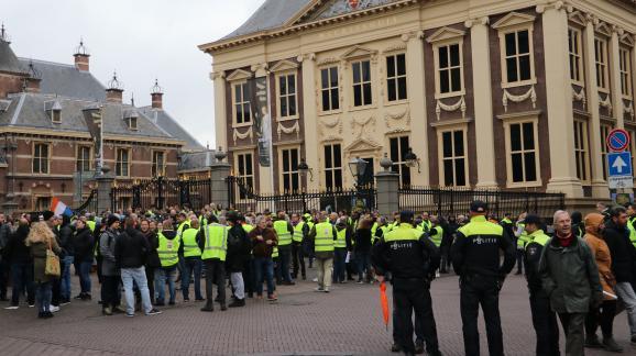 """Des \""""gilets jaunes\"""" néerlandais manifestent contre l\'augmentation du coût des carburants et la baisse de leur pouvoir d\'achat, le 1er décembre 2018, à La Haye (Pays-Bas)."""