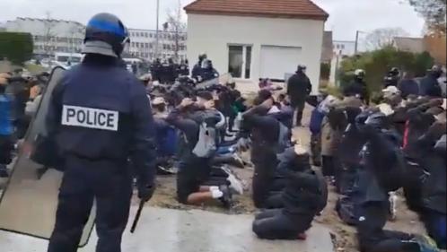VIDEO. Yvelines : des dizaines de lycéens agenouillés, mains sur la tête, lors de leur interpellation à Mantes-la-Jolie