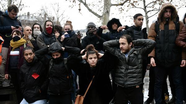 A Paris, Montreuil ou Dijon, des lycéens reproduisent l'interpellation de 151 adolescents à Mantes-la-Jolie