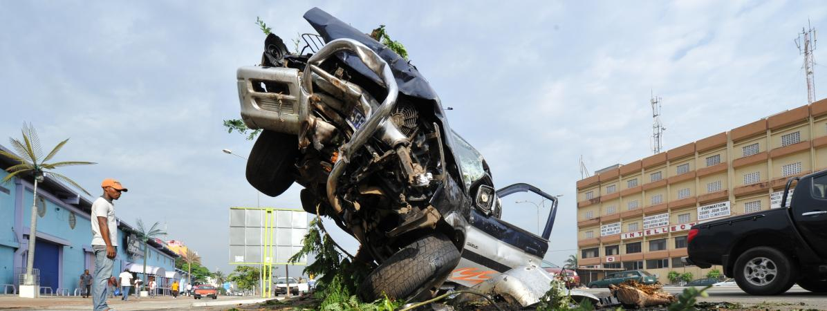 Carcasse d\'un véhicule accidenté, en plein coeur d\'Abidjan en Côte d\'Ivoire, le 24 novembre 2014