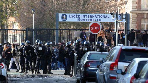 """Lille : """"Il m'a mis un couteau sous la gorge"""", raconte une lycéenne agressée par un parent d'élève lors d'un blocus"""