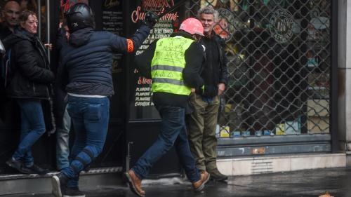 """""""Gilets jaunes"""" : que font les policiers en civil au milieu des manifestants?"""
