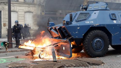 """EN IMAGES. Bâtiments tagués, véhicules blindés, voitures incendiées... Les """"gilets jaunes"""" secouent la France"""
