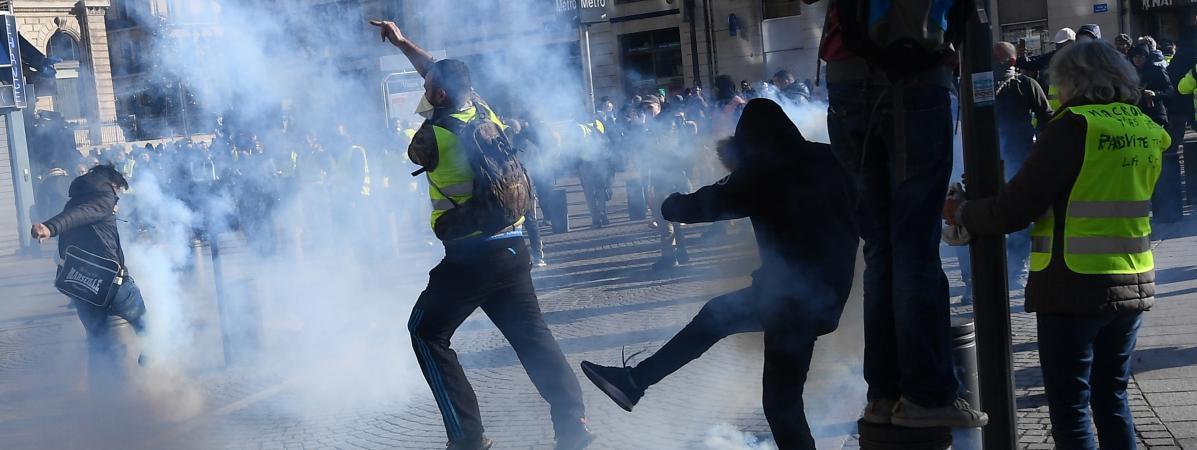 """A Marseille, les forces de l'ordre ont utilisé des grenades lacrymogènes sur le Vieux-Port alors que plusieurs centaines de \""""gilets jaunes\"""" se rapprochaient de la mairie de la ville, samedi 8 décembre."""