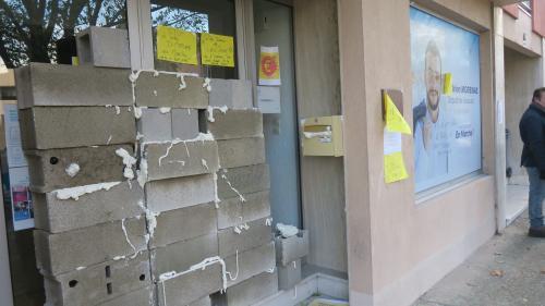 """""""Gilets jaunes"""" : véhicules incendiés, permanences vandalisées... Au moins 15 députés LREM agressés oumenacés depuis le début du mouvement"""