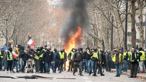 """""""Gilets jaunes"""" : véhicules brûlés, commerces pillés... Récit d'une nouvelle journée de chaos dans Paris"""