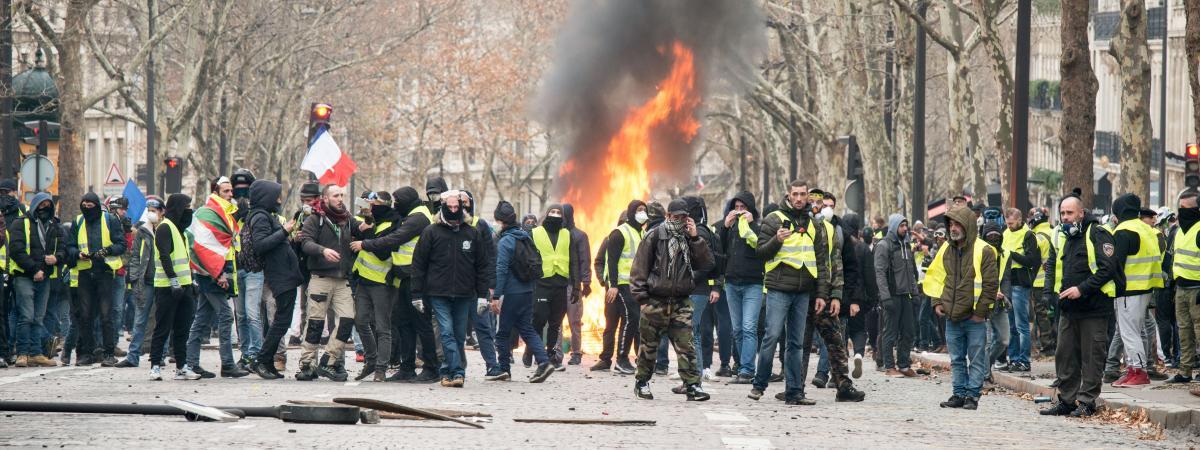"""Des affrontements entre \""""gilets jaunes\"""" et forces de l\'ordre se produisent dans les rues de Paris, le 8 décembre 2018."""