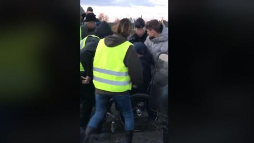 """""""Gilets jaunes"""" : la vidéo d'un homme en fauteuil roulant bousculé lors d'une altercation avec des gendarmes dans l'Hérault fait scandale"""