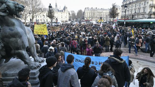 """DIRECT. """"Mardi noir"""" dans les lycées : 450 lycées sont perturbés dont 60 sont totalement bloqués"""