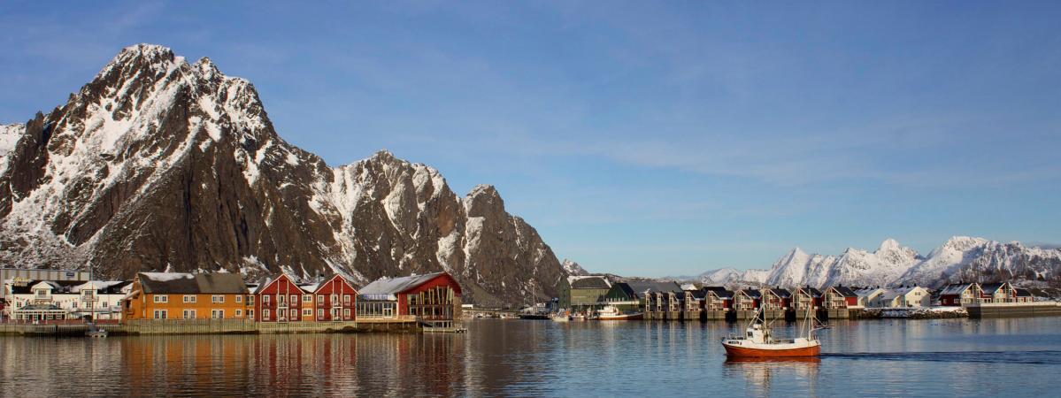 Un bateau de pêche rentre dans le port de Svolvaer (Norvège), le 4 mars 2013.