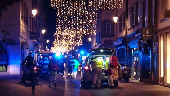 """VIDEO. """"Marseillaise"""" à un match de basket, minute de silence au Parlement européen... Les premiers hommages après l'attaque de Strasbourg"""
