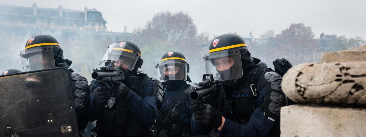 """Des policiers près de l\'Arc de triomphe, pendant la manifestation des \""""gilets jaunes\"""", le 1er décembre 2018 à Paris."""