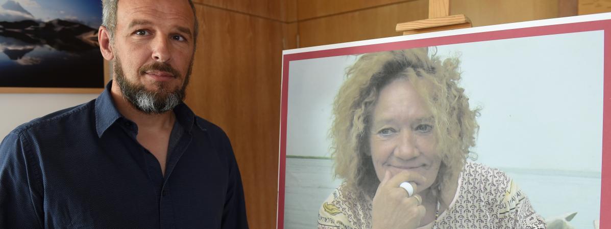 1e4e4a705b0e3 Sébastien Chadaud-Pétronin pose à côté d  une photo de sa mère