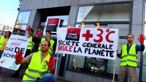 """Paris : des manifestants écologistes en """"gilets jaunes"""" mènent une opération devant l'agence centrale de la Société générale"""