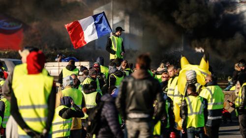 """EN IMAGES. Blocage des routes, manifestations, barricades... Retour sur un mois de mobilisation des """"gilets jaunes"""""""