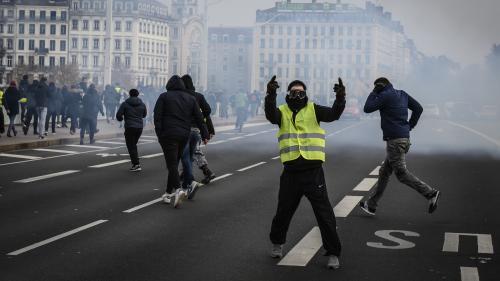 """Mobilisation en baisse, tensions, minutes de silence... Ce qu'il faut retenir de """"l'acte 5"""" des """"gilets jaunes"""""""